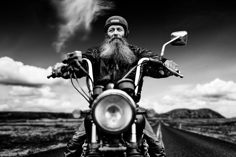 ©ullahebgen_fotografie_motorradfahrer_sw